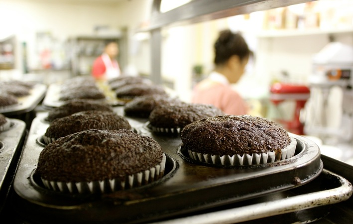 Cupcakes_on_bakers_rack