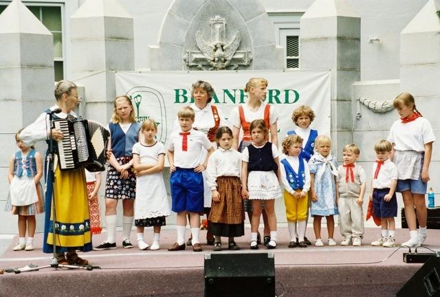 1997_swedishchildrensfolkdancing