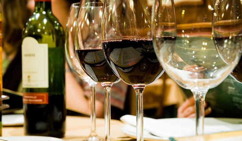 Glasses_of_wine_in_restaruant